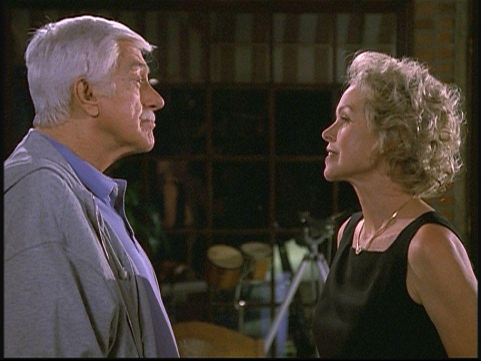 Mark (Dick Van Dyke, l.) befragt Livia (Michelle Phillips, r.), eine Freundin aus alten Zeiten, deren Mann unter Mordverdacht steht. - Bildquelle: Viacom