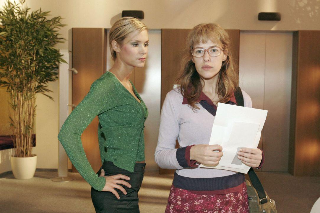 Lisas (Alexandra Neldel, r.) gute Laune ist dahin, als sie von Sabrina (Nina-Friederike Gnädig, l.) auf ihr Gehalt angesprochen wird. Sie erfährt, w... - Bildquelle: Noreen Flynn Sat.1