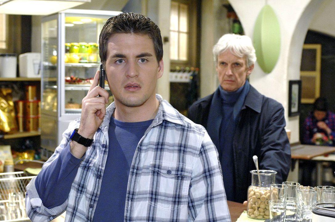 Als Lily Lars (Alexander Klaws, l.) telefonisch vorwarnen will, ist es bereits zu spät - Robert (Mathieu Carrière, r.) steht im Coffeeshop. - Bildquelle: Oliver Ziebe Sat.1