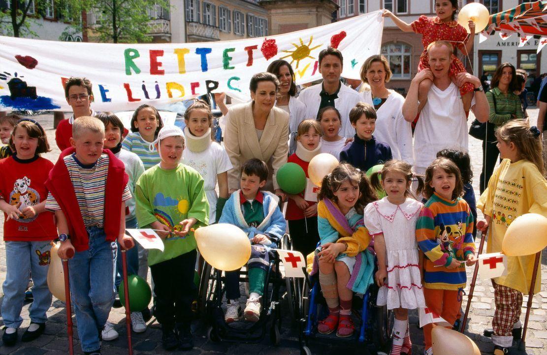 """Zu einer Demonstration zum Erhalt der """"Lüders-Klinik"""" haben sich alle auf dem Marktplatz in Heidelberg versammelt. - Bildquelle: Andreas Stetter Sat.1"""