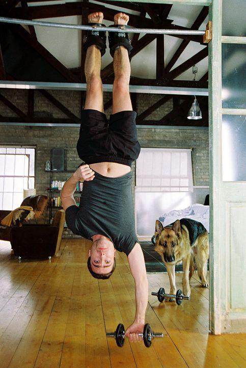 Marc Hoffmann (Alexander Pschill) und Rex machen sich fit für den Tag ... - Bildquelle: Ali Schafler Sat.1