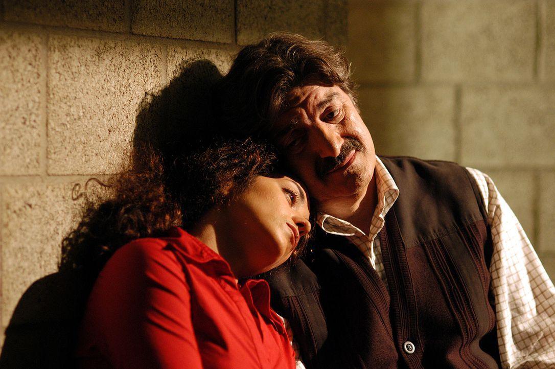 Das Desaster ist perfekt: Dank Olafs Undercover-Einsatz werden Nihan (Türkiz Talay, l.) und ihr Vater Ismael (Ünal Silver, r.) festgenommen ... - Bildquelle: Willi Weber ProSieben
