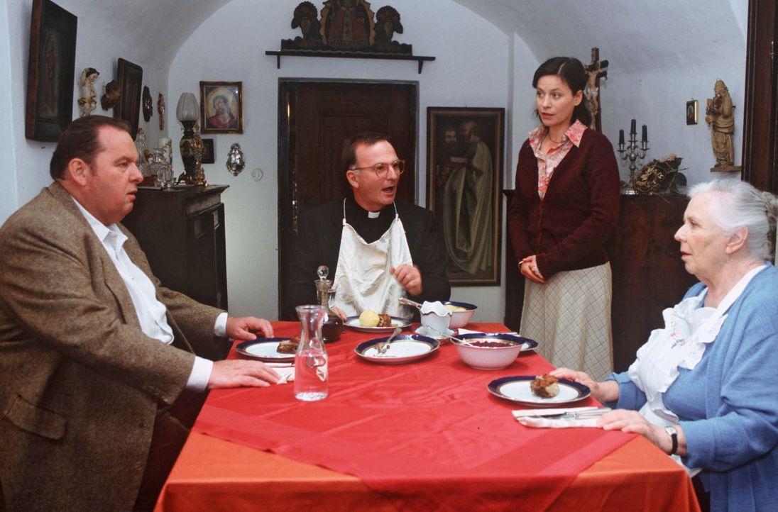 Sabrina nimmt innerhalb des Klosters die Ermittlungen auf. Benno (Ottfried Fischer, l.) ist indessen ständiger Kostgänger am Mittagstisch des Prälat... - Bildquelle: Magdalena Mate Sat.1