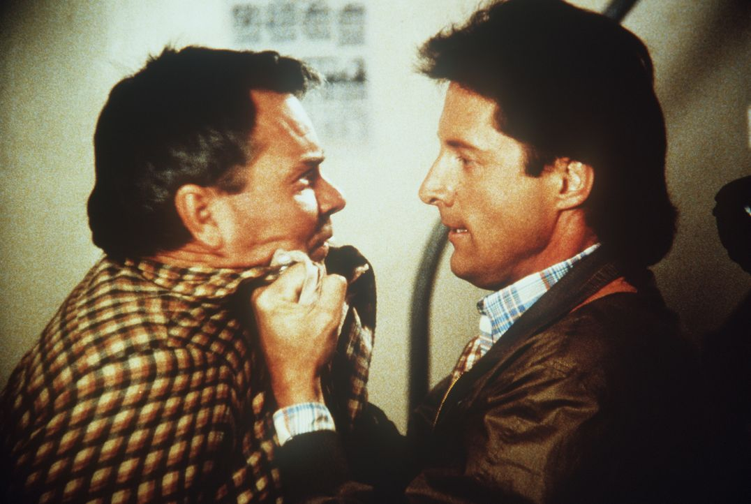 Der Fischer Jeremy Brockett (Peter Jason, l.) hat angeblich einen Goldschatz gefunden. Lee (Bruce Boxleitner, r.) verhört den Mann auf seine Weise ....