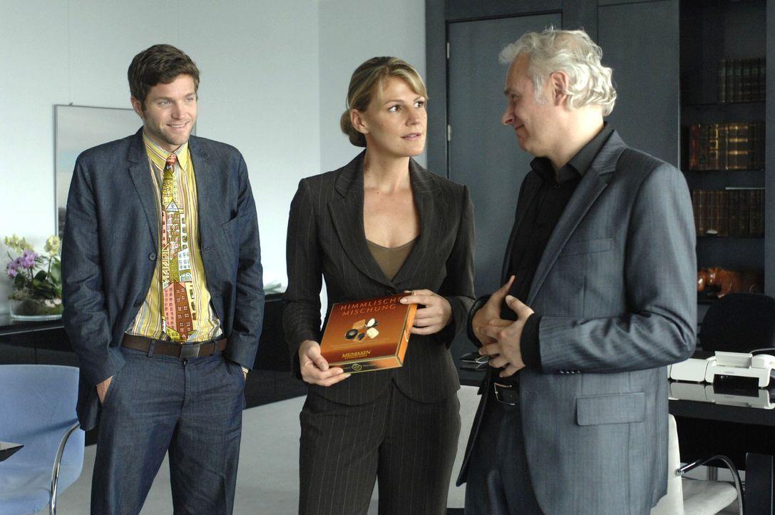 Katharina (Sophie Schütt, M.) erkennt, dass ihr Chef (Herbert Fritsch, r.) und sein Assistent Heiko (Peter Ketnath, l.) kein Interesse an der Schoko... - Bildquelle: Oliver Ziebe Sat.1