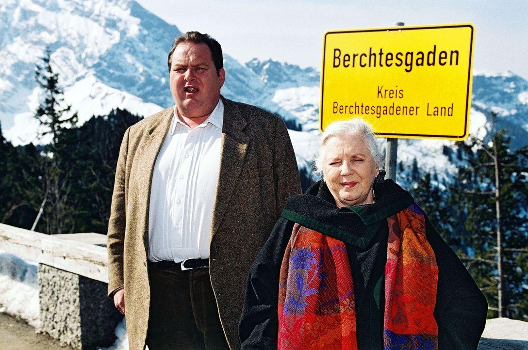 Aus verschiedenen Gründen hat es sowohl Benno (Ottfried Fischer, l.) als auch seine Mutter Resi (Ruth Drexel, r.) nach Berchtesgaden verschlagen. - Bildquelle: Aki Pfeiffer Sat.1