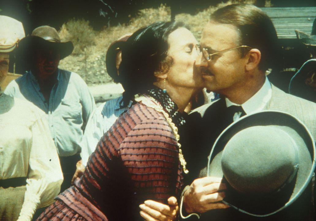 Mrs. Oleson (Katherine MacGregor, M.) begrüßt überschwänglich ihren Cousin Sterling (John Hillerman, r.). - Bildquelle: Worldvision