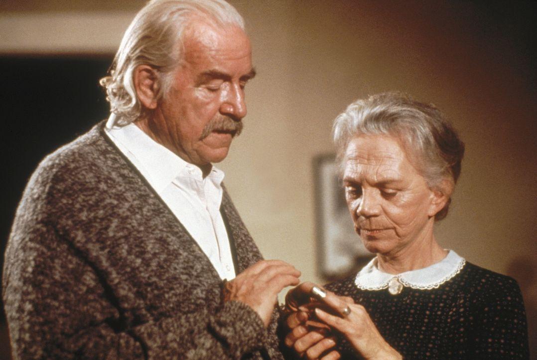 Großvater Sam (Will Geer, l.) und Großmutter Ester (Ellen Corby, r.) sind die guten Seelen im Hause Walton und haben immer Zeit und ein offenes Ohr... - Bildquelle: WARNER BROS. INTERNATIONAL TELEVISION