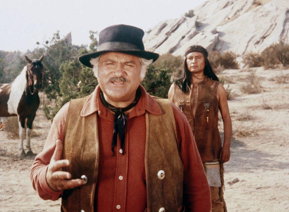 Entgegen den Reservatsgesetzen will der italienische Einwanderer Rossi (Jack Kruschen, vorne) den Indianern erlauben, auf seinem Land zu siedeln. - Bildquelle: Paramount Pictures