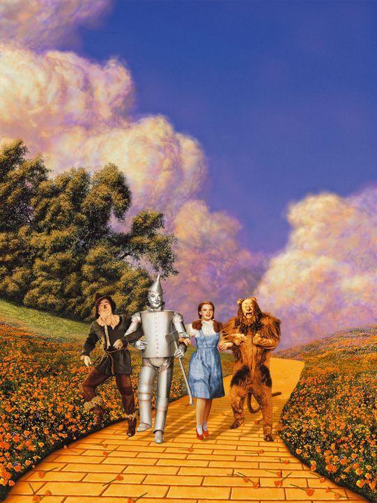 Im Land Oz findet Dorothy (Judy Garland, 2.v.r.) schnell neue Freunde (v.l.n.r.): die Vogelscheuche (Ray Bolger), die lieber ein Gehirn hätte als St... - Bildquelle: Warner Bros.
