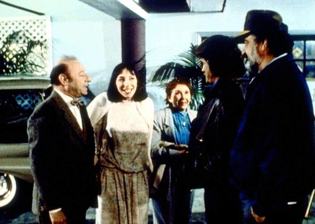 Birdy (Didi Conn, 2.v.l.) stellt ihren überraschten Eltern ihren guten Engel Jonathan (Michael Landon, 2.v.r.) und seinen Freund Mark (Victor French... - Bildquelle: Worldvision Enterprises, Inc.