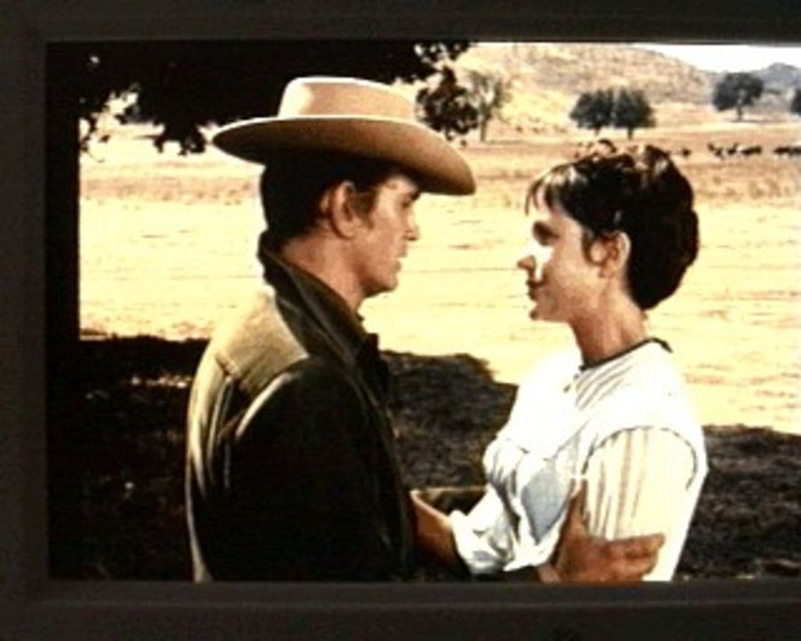 Little Joe (Michael Landon, l.) tröstet Sara (Nancy Rennick, r.), die Tochter des verunglückten Minenbesitzers. Daß Seth, ihr zukünftiger Mann, dem... - Bildquelle: Paramount Pictures
