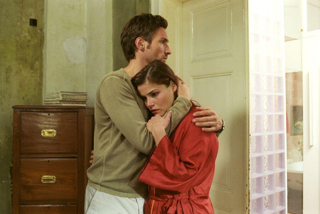 Uli (Benjamin Sadler, l.) muss seine Frau trösten: Pia (Katharina Wackernagel, r.) ist trotz künstlicher Befruchtung nicht schwanger. - Bildquelle: Noreen Flynn Sat.1