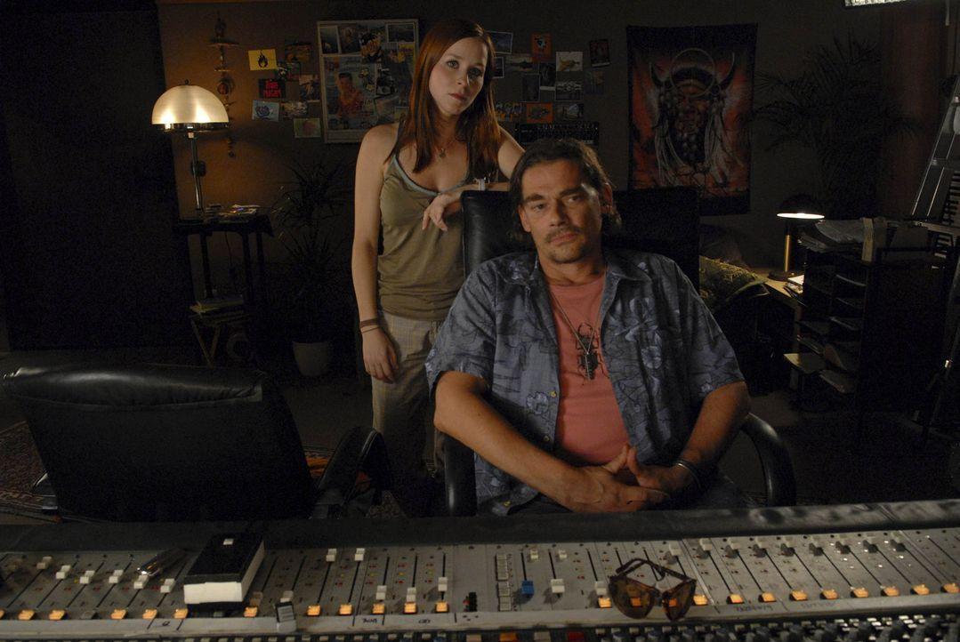 """Der Musikproduzent Mike (Martin Feifel, r.) und Annika (Jasmin Schwiers, l.) haben ein schier unlösbares Problem: die Rüpel-Rockband """"Rypeli"""", die l... - Bildquelle: Elke Werner ProSieben"""
