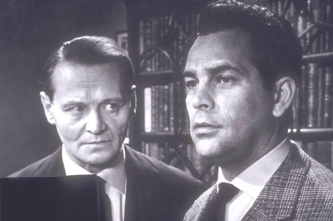 Chefinspektor Tetley (Wolfgang Büttner, l.) und Inspektor Weston (Adrian Hoven, r.) sind einer Bande auf der Spur, die von reichen Londoner Bürgern... - Bildquelle: Constantin Film