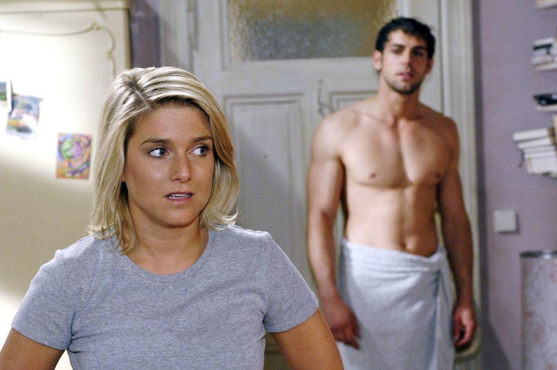 Dass Jonas (Roy Peter Link, r.) bei ihr im Zimmer steht, macht Anna (Jeanette Biedermann, l.) total verlegen. - Bildquelle: Oliver Ziebe Sat.1