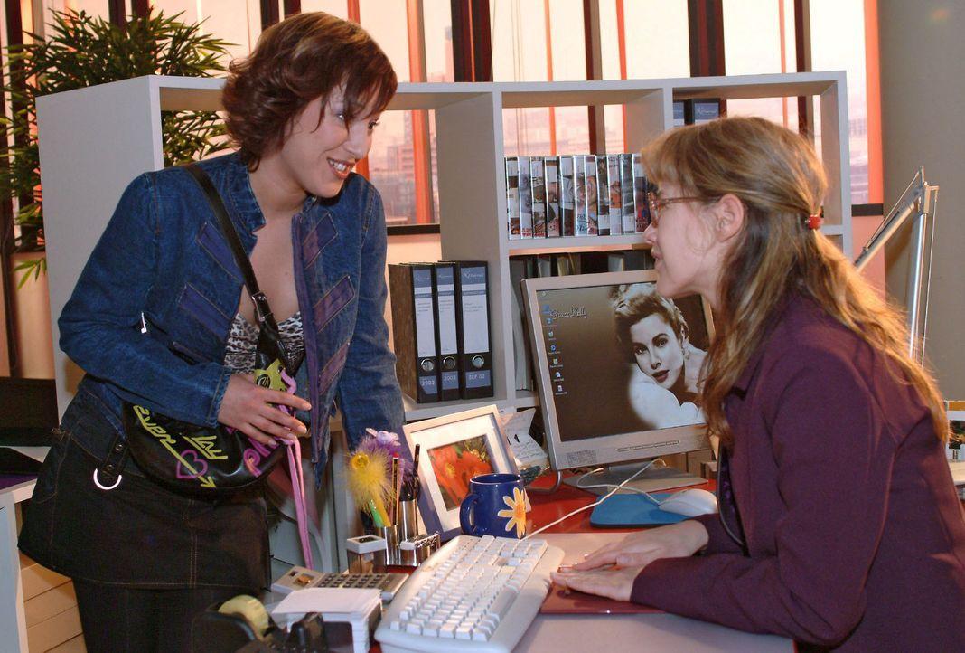 Die arbeitslose Yvonne (Bärbel Schleker, l.) taucht überraschend an Lisas (Alexandra Neldel, r.) Arbeitsplatz auf und bittet sie, ihr zu helfen, bei... - Bildquelle: Monika Schürle Sat.1