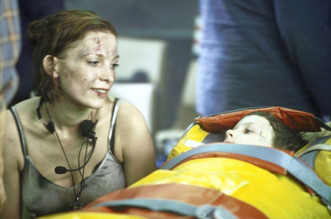 Ende gut, alles gut: Glücklich kann Lucky (Stephanie Philipp, l.) dem kleinen Eric (Radek Skvor, liegend) vom erfolgreichen Abschluss ihrer Mission... - Bildquelle: Jiri Hanzl