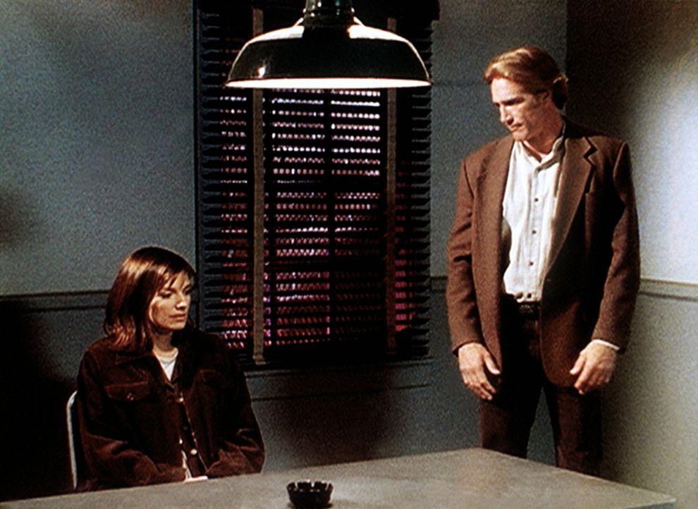 Steve (Barry Van Dyke, r.) verhört die Krankenschwester Jeri (Susan Diol), die verdächtigt wird, ihren Freund ermordet zu haben. Ist sie wirklich ei... - Bildquelle: Viacom