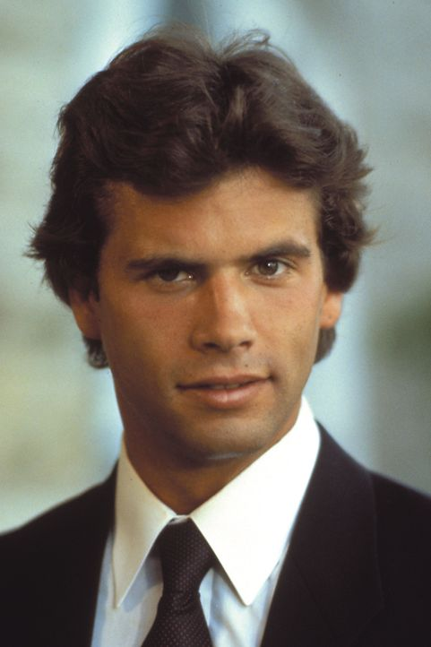 (2. Staffel) - Er wandert von einer Frau zur nächsten: Playboy Lance (Lorenzo Lamas) ... - Bildquelle: Warner Brothers
