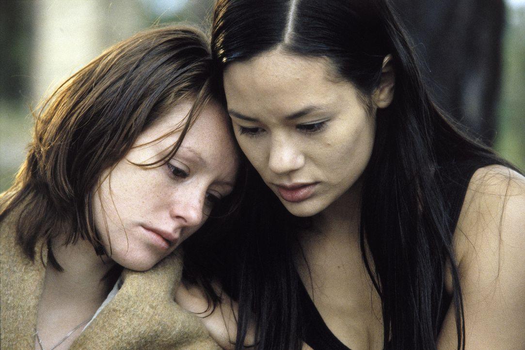 Johanna (Lavinia Wilson, l.) und Lucy (Kami Manns, r.) ahnen, dass sie und die übrig gebliebenen Cliquen-Mitglieder ganz oben auf der Liste des Wann... - Bildquelle: Jiri Hanzl Sat.1