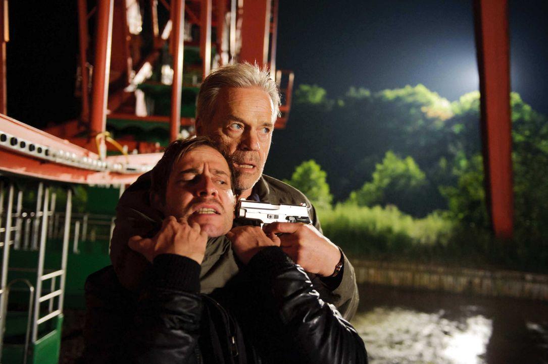 Als ein Dealer (Nils-Bruno Schmidt, l.) kaltblütig erschossen wird, gerät Wolff (Jürgen Heinrich, r.) unter dringenden Mordverdacht, denn er soll dr... - Bildquelle: Stefan Erhard SAT. 1