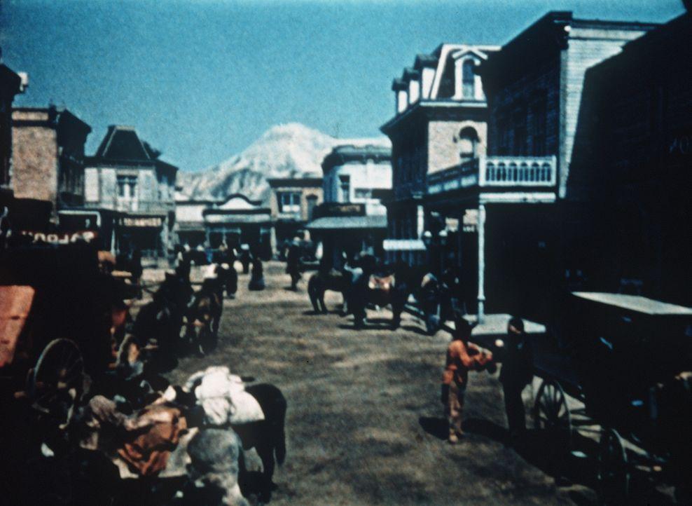 Ganz Virginia City ist in heller Aufruhr: Die Bürger warten voller Spannung auf das Eintreffen des berühmten Opernängers Bowers. Als sich jedoch her... - Bildquelle: Paramount Pictures