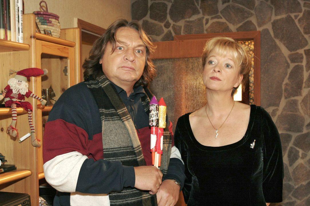 Helga (Ulrike Mai, r.) ist angesichts Bernds (Volker Herold, l.) geplanter Böllerei die Lust am Feiern vergangen. - Bildquelle: Noreen Flynn Sat.1