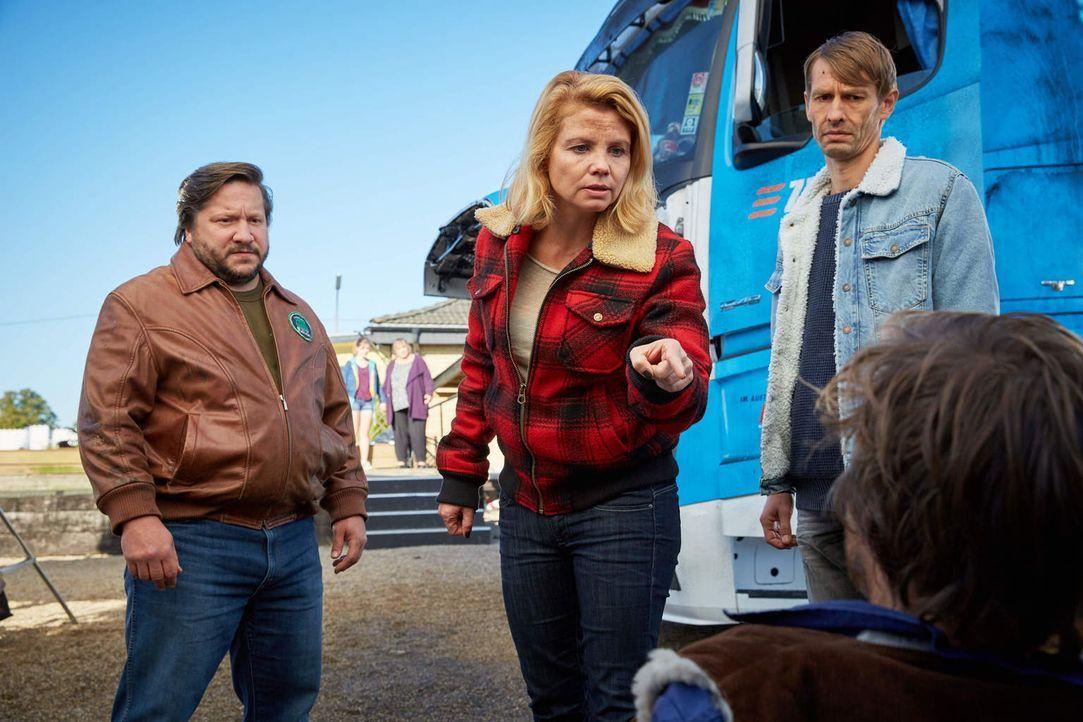 """""""Toni"""" (Annette Frier, M.) kann es nicht glauben, aber ihr Aushilfsfahrer Henning (Andreas Pietschmann, vorne) scheint mit den Gangstern gemeinsame... - Bildquelle: Guido Engels Sat.1"""