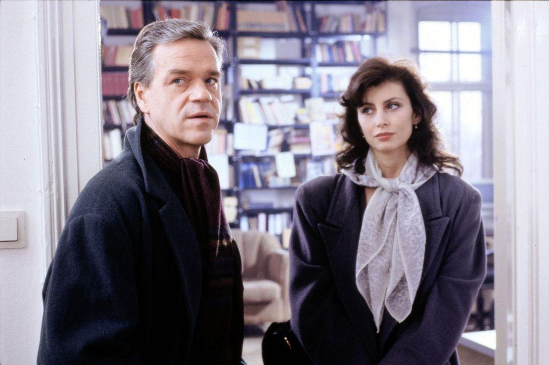 Kommissar Wolff (Jürgen Heinrich, l.) will von Helga Simoneit (Miriam Agischewa, r.) wissen, in welchem Verhältnis sie zu dem ermordeten Dr. Ferna... - Bildquelle: Alfred Raschke Sat.1
