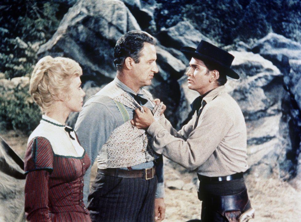 Little Joe Cartwright (Michael Landon, r.) lässt es sich nicht gefallen, dass McCall (John Larch) und Emily (Inger Stevens, l.) seinen Vater des Mor... - Bildquelle: Paramount Pictures