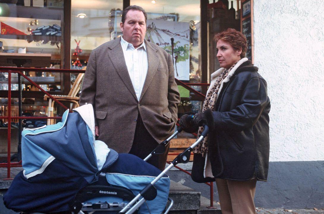 Benno (Ottfried Fischer, l.) hat Thea erzählt, dass er bereits verheiratet sei und auch schon einige Kinder hat. Die arme Sabrina (Katerina Jacob, r... - Bildquelle: Magdalena Mate Sat.1