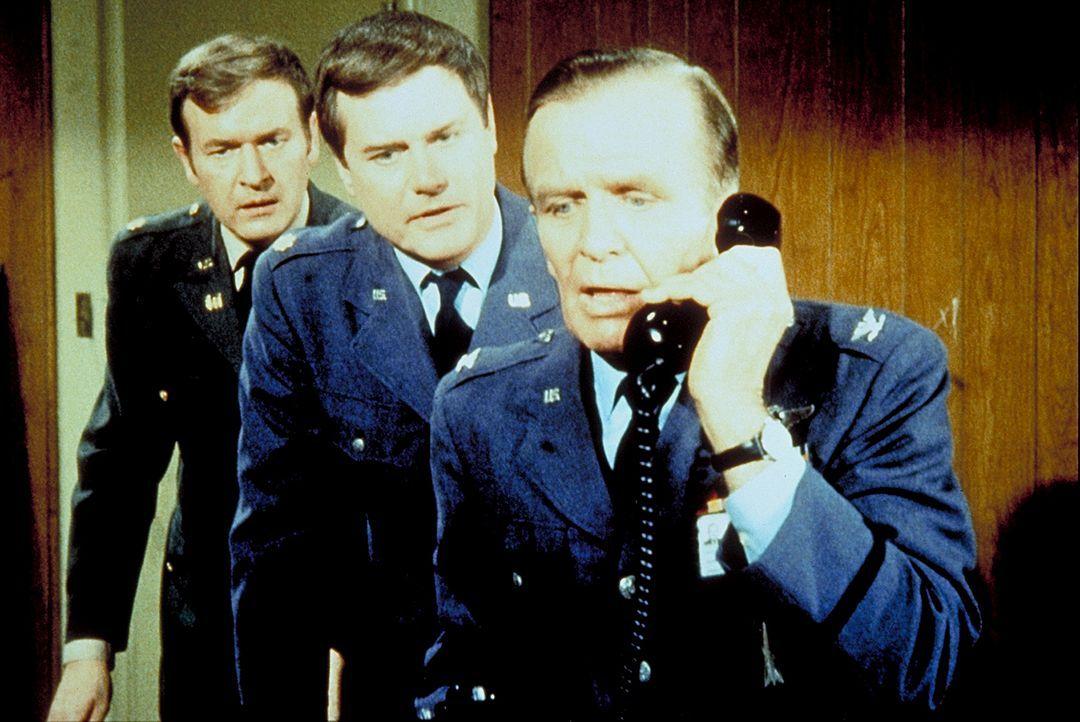 Der Psychiater Dr. Bellows (Hayden Rorke, r.) versucht, Tony (Larry Hagman, M.) und Roger (Bill Daily, l.) zu helfen, nicht ahnend, dass Jeannies bö... - Bildquelle: Columbia Pictures