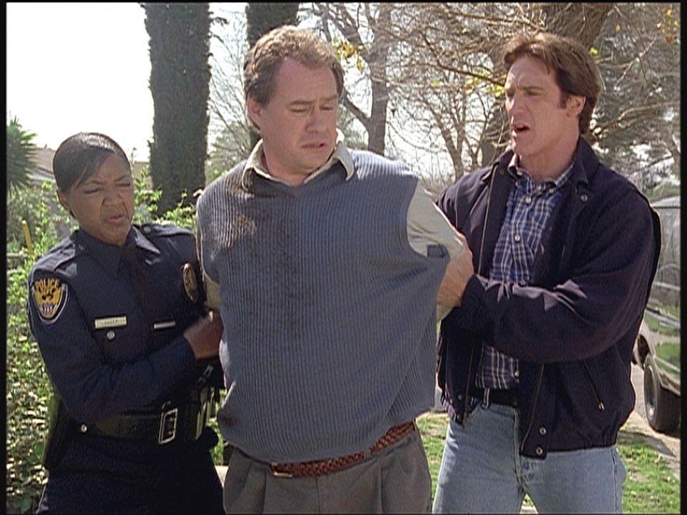 Lieutenant Sloan (Barry Van Dyke, r.) und eine Kollegin verhaften Eddie, der mit dem Mord an Dr. Yordsberg zu tun haben soll. - Bildquelle: Viacom