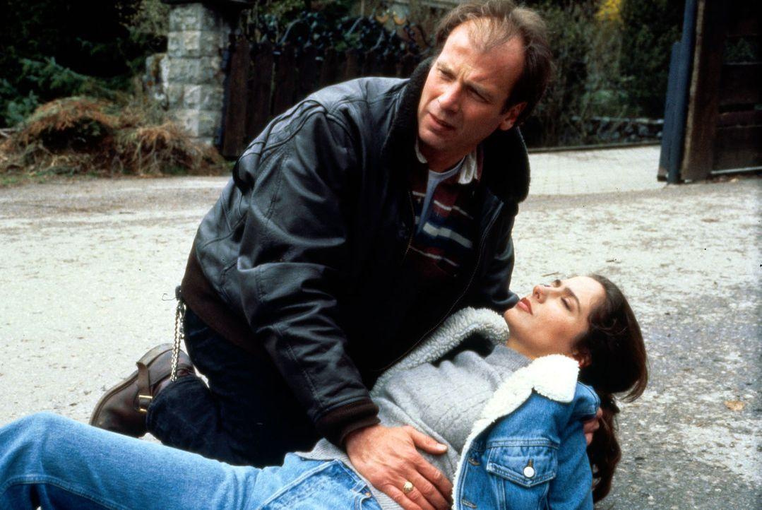 Valentin (Wolfgang Fierek, l.) ist verzweifelt. Nachdem Hanna und er sich entschieden haben, für immer zusammen zu bleiben, wird Hanna (Simone Thoma... - Bildquelle: SAT.1