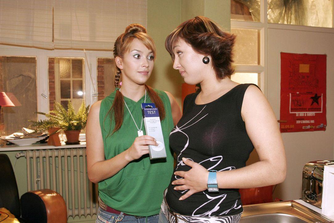 Hannah (Laura Osswald, l.) rät Yvonne (Bärbel Schleker, r.) einen Schwangerschaftstest zu machen. Ihre Launen und ihr ungewöhnliches Essverhalten de... - Bildquelle: Noreen Flynn Sat.1