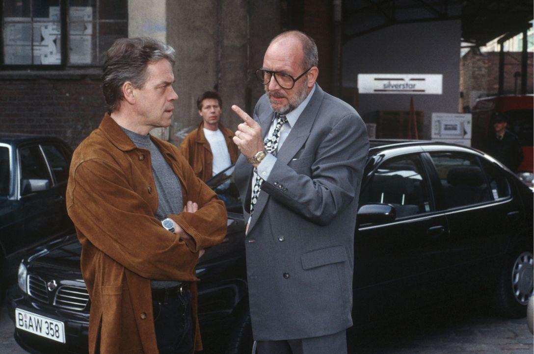 """Der """"Silverstar""""-Geschäftsführer Brieger (Klaus Guth, r.) droht Wolff (Jürgen Heinrich, l.), sich bei seinem Vorgesetzten über seine Ermittlungs... - Bildquelle: Alfred Raschke Sat.1"""