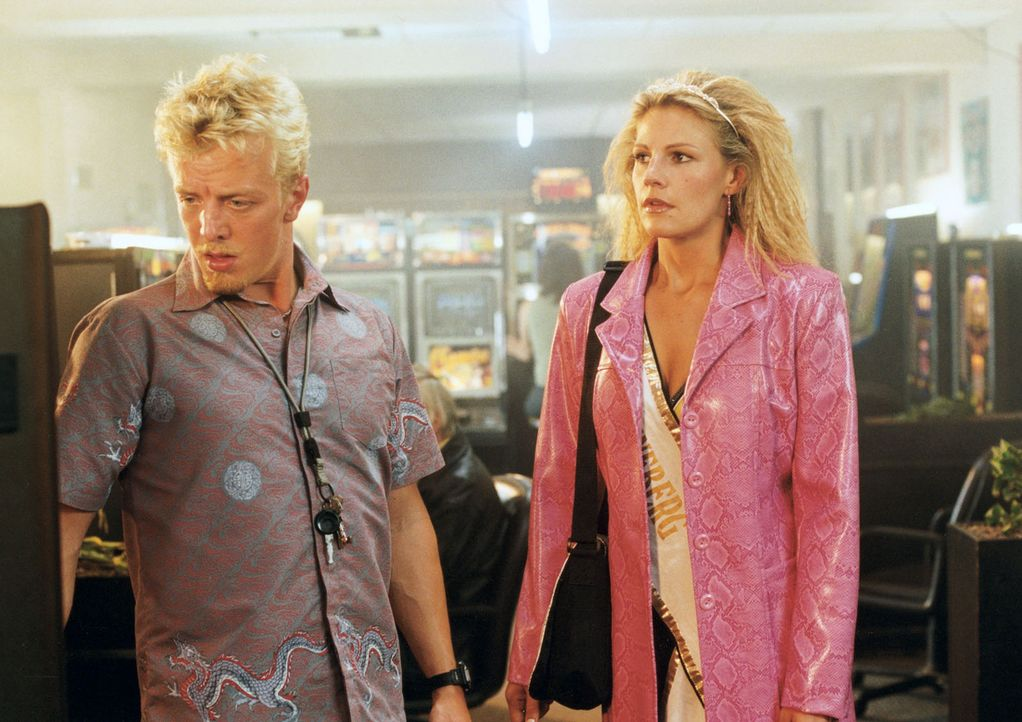 Als ihr Freund Jimmy (Markus von Lingen, l.) ihr letztes, hart verdientes Geld verspielt, ist für Stella (Sophie Schütt, r.) das Maß voll ... - Bildquelle: Wolfgang Meier Sat.1