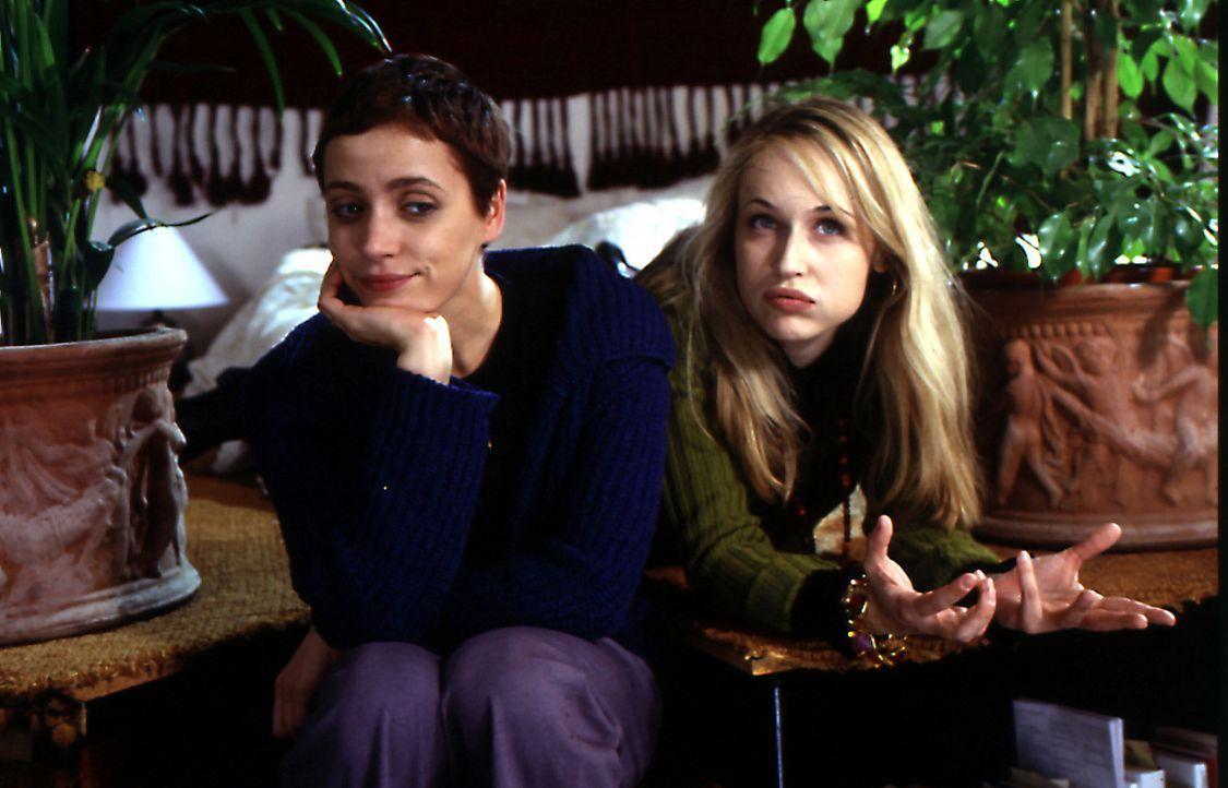 Verena (Anna Thalbach, l.) will unbedingt ein Kind von ihrem Freund Martin. Ihre beste Freundin Rosa (Anica Dobra, r.) findet das nicht so klasse un... - Bildquelle: Sat.1