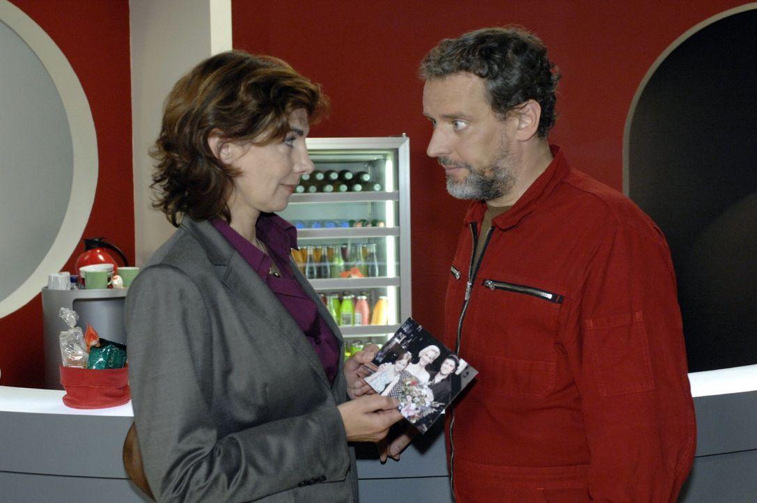 Steffi (Karin Kienzer, l.) findet bei Ulrich (Wolfgang Wagner, r.) ein altes Familienfoto. - Bildquelle: Oliver Ziebe Sat.1