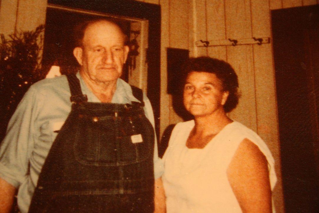 Die Eheleute Ray (l.) und Faye Copeland (r.) aus Missouri ermordeten aus Geldgier fünf ihrer Gelegenheitsarbeiter, die sie anschließend nahe ihrer F...