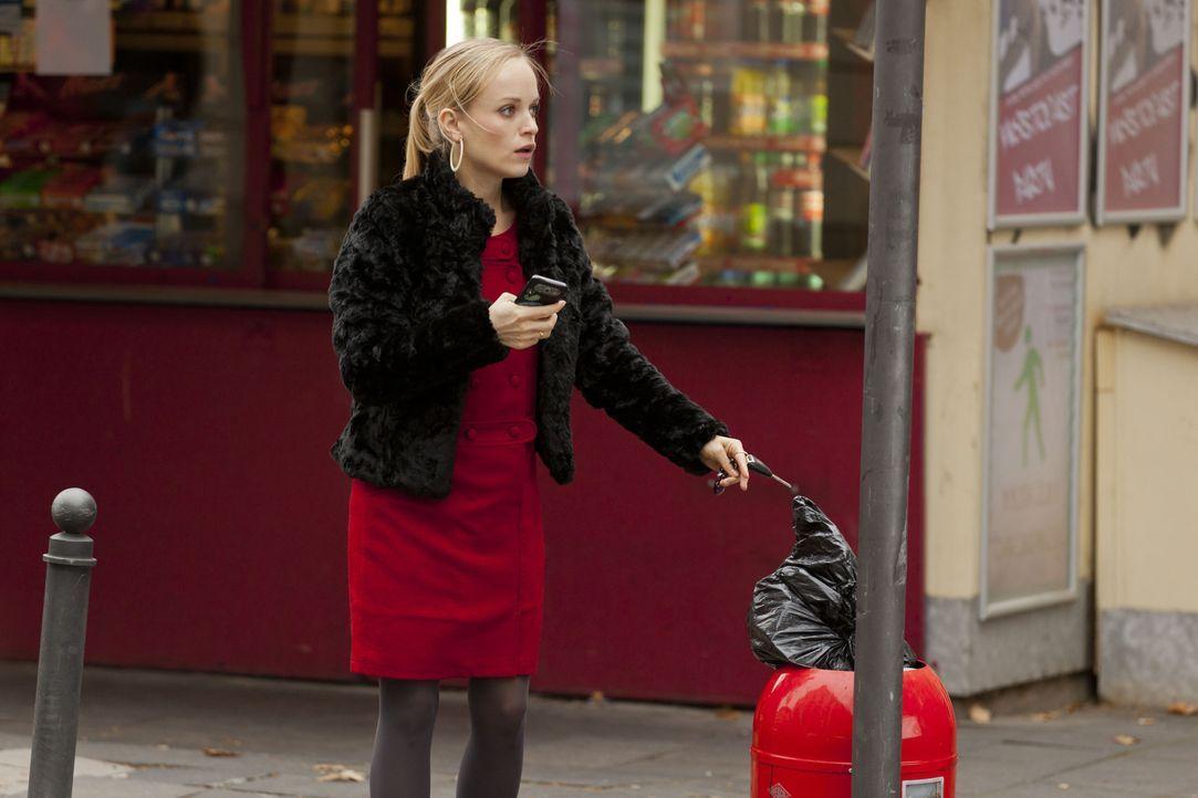 Kaum versucht Mimi (Friederike Kempter) das Lösegeld an dem vereinbarten Ort abzulegen, da erhält sie auch schon eine SMS des Erpressers, der darin... - Bildquelle: Martin Rottenkolber SAT.1 / Martin Rottenkolber