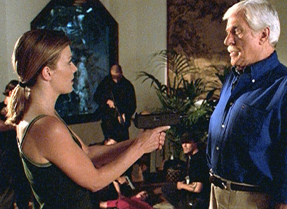 Mark (Dick Van Dyke, r.) wurde von Caitlin (Stephanie Niznik, l.) und ihren Leuten entführt. Nun wird er gezwungen, eine verfasste Erklärung der Ter... - Bildquelle: Viacom