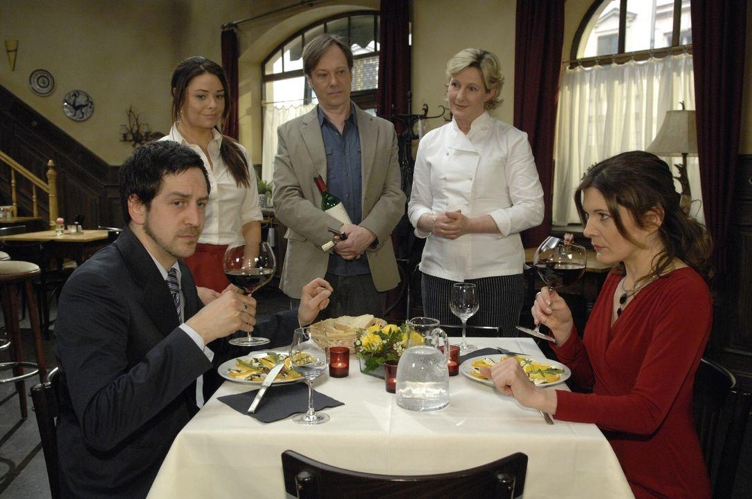 Aufgeregt erwarten Paloma, Armin und Susanne das Urteil von Leonore König und dem Promi-Koch. Doch bei der Verkostung des Weines stellt der Koch fes... - Bildquelle: Claudius Pflug Sat.1