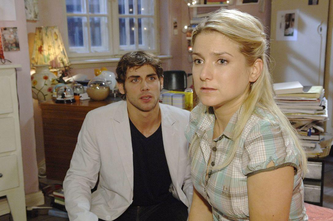 Anna (Jeanette Biedermann, r.) verrät Jonas (Roy Peter Link, l.) in einem klärenden Gespräch, welche Verzweiflungstat Katja beinahe begangen hätte .... - Bildquelle: Claudius Pflug Sat.1