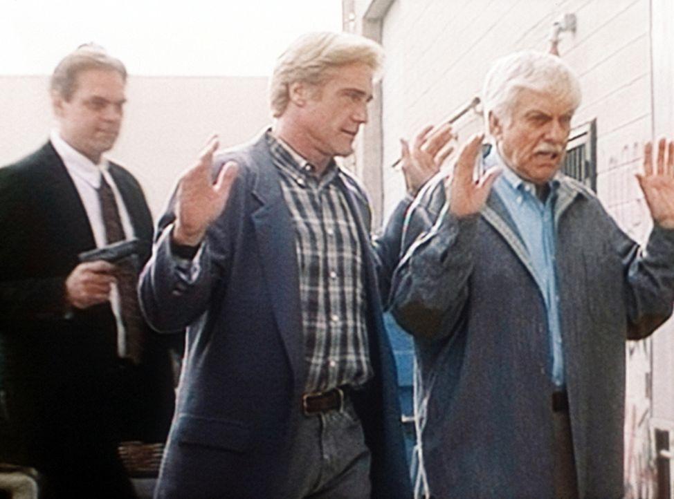 Steve (Barry Van Dyke, M.) und Mark (Dick Van Dyke, r.) werden von einem Unbekannten bedroht. - Bildquelle: Viacom