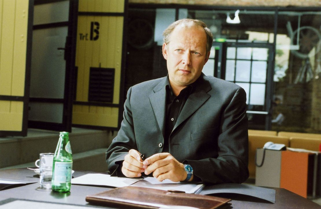 Seit einiger Zeit trägt sich Mettmann (Axel Milberg) mit dem Gedanken, seiner jungen Angestellten Christine die Teilhaberschaft anzubieten. Doch dan... - Bildquelle: Volker Rohloff ProSieben