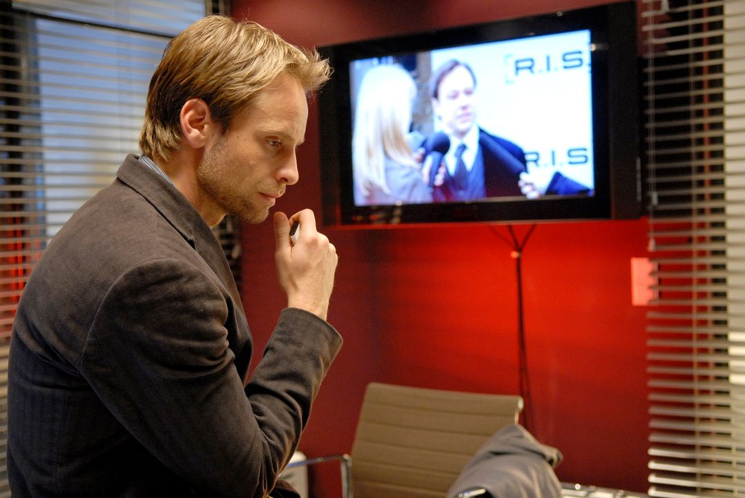 Staatssekretär Bergmann verkündet im Fernsehen, dass der gefürchtete Bombenleger endlich gefasst werden konnte. Philip (Julian Weigend) ist sich da... - Bildquelle: Christoph Assmann Sat.1