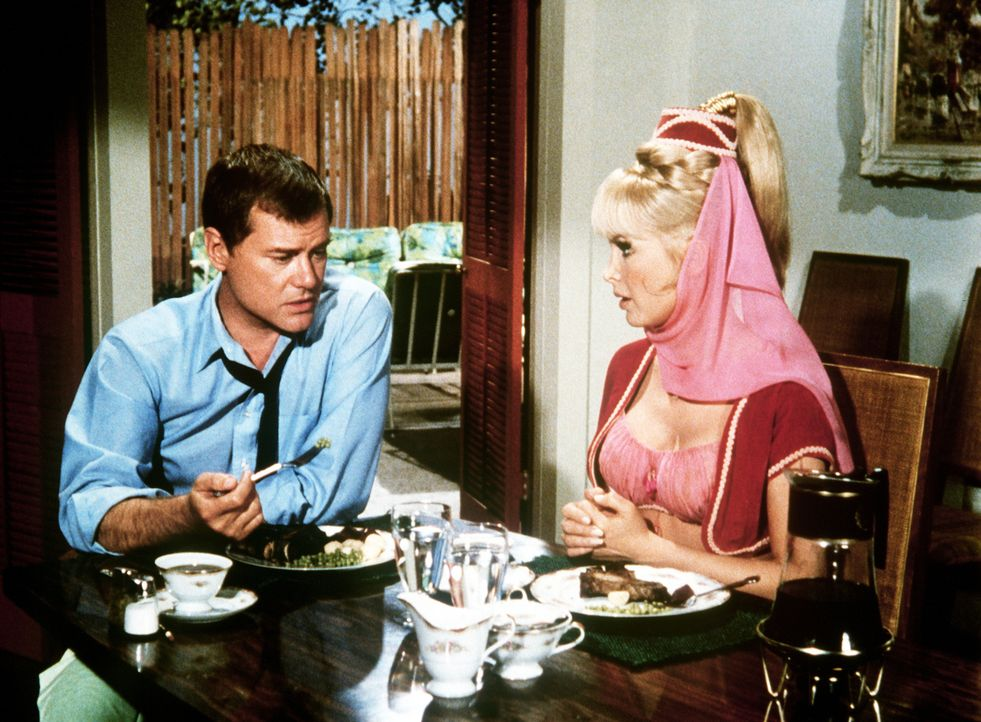 Beim Frühstück überlegen Tony (Larry Hagman, l.) und Jeannie (Barbara Eden, r.), wie sie ihren Vorgesetzten das Geld, das Roger durch Zauberei gewon... - Bildquelle: Columbia Pictures