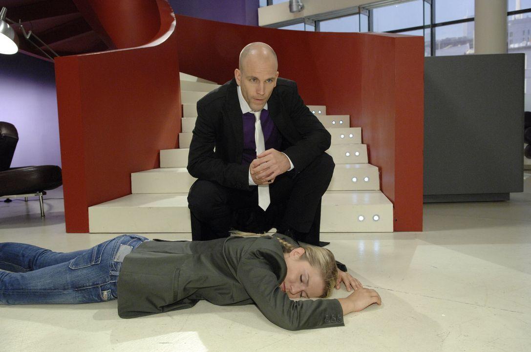 Gerrit (Lars Loellmann, l.) hat Anna (Jeanette Biedermann, liegend), die nun bewustlos ist, angegriffen ... - Bildquelle: Claudius Pflug Sat.1